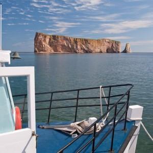 Le rocher Percé vu d'un bateau de croisière pour l'île Bonaventure © Le Québec maritime-Jean-Pierre Huard