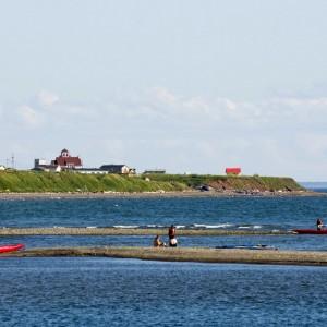 Kayakistes en pause sur une pointe rocheuse © Le Québec maritime-Marc Loiselle