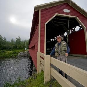 Pêcheur de saumon-pont Heppell-rivière Matapédia ©Le Québec maritime-Marc Loiselle