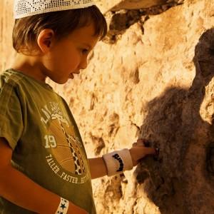 JERUSALEM_Mur des lamentations_enfant©Israeli Ministry of Tourism_Noam Chen